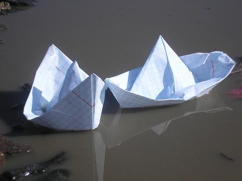 запускаем кораблики в луже