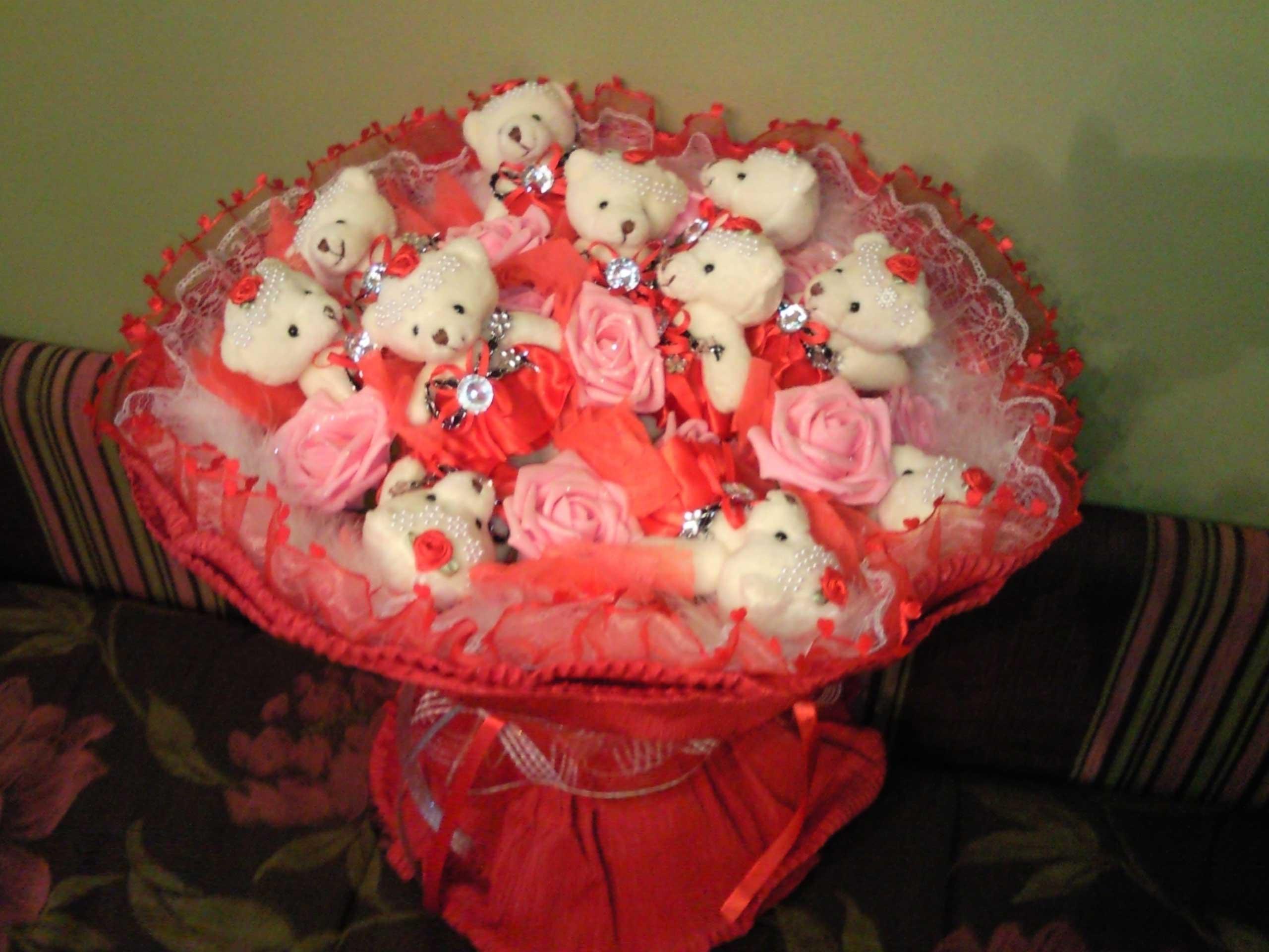 Фото букета цветов и игрушки