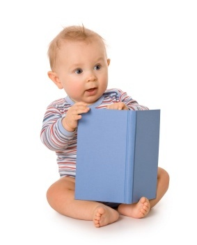 малыш читает книгу