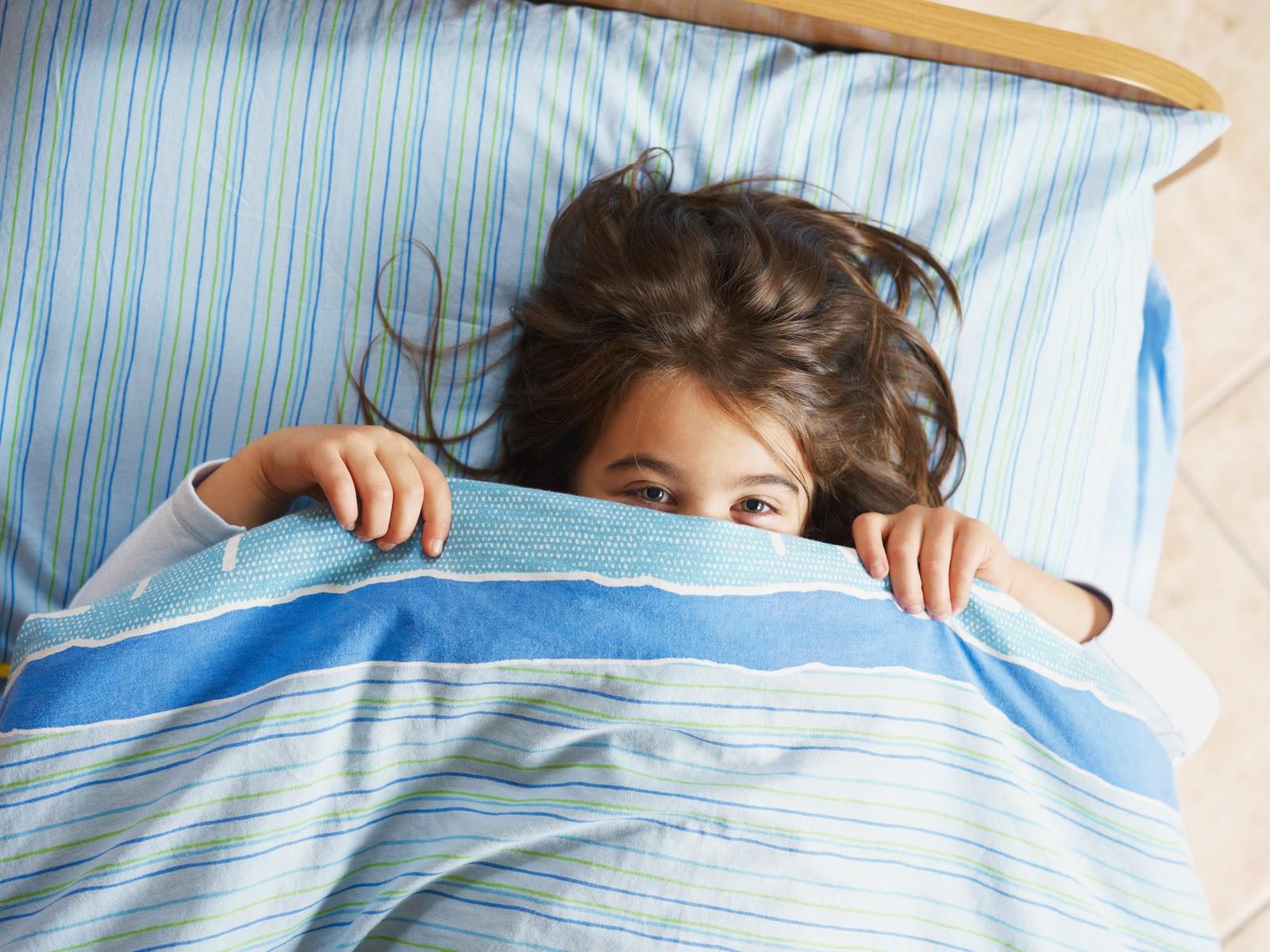 Стянул одеяло с сестры, Сводный брат забрался в постель к спящей сестре 6 фотография