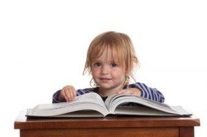 toddler reading 300x199 Развитие ребенка 3 4 года