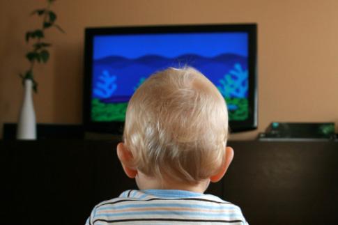 малыш смотрит телевизор
