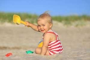 малыш играет с песком