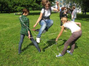 Самые популярные игры для девочек на улице