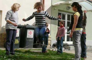 игра с резиночкой на улице
