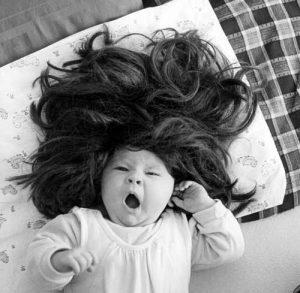 малыш с длинными волосами