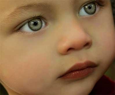 ребенок с зелеными глазами