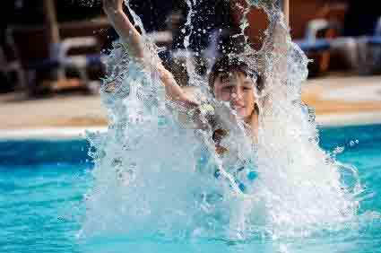 ребенок играет на воде