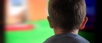 мальчик смотрит мультфильм