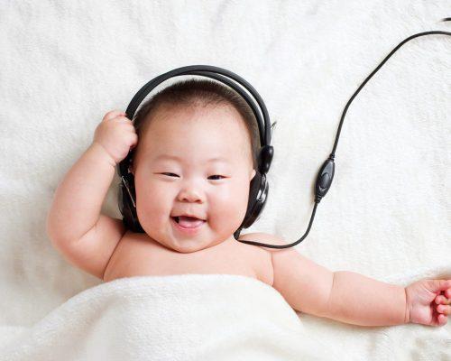 малыш слушает классическую музыку
