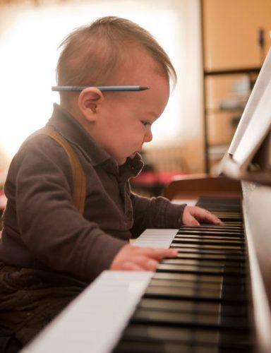 малыш и пианино