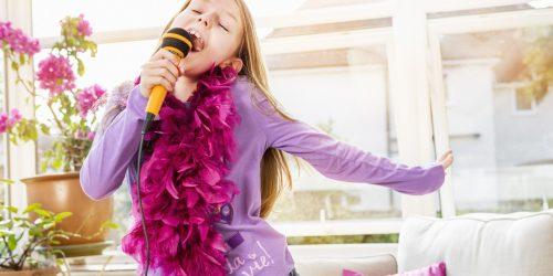 девочка поет английские песни