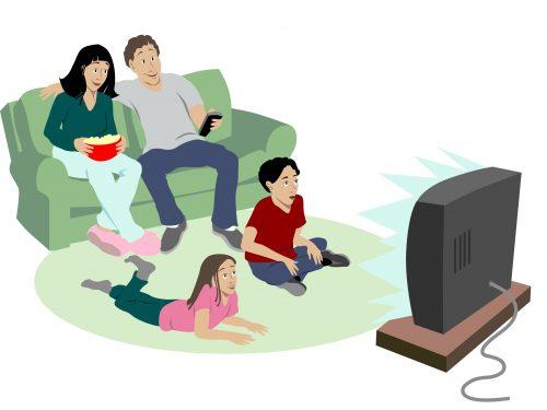 семья смотрит мультики