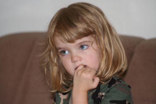 ребенок грызет ногти2