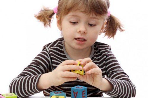 девочка развивает речь