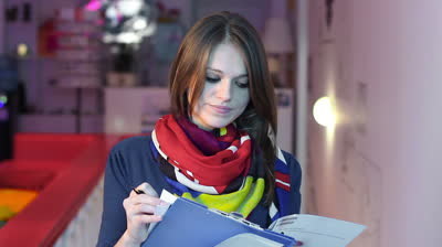 девушка собирает документы для материнского капитала2