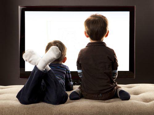 дети смотрят мультики по телевизору