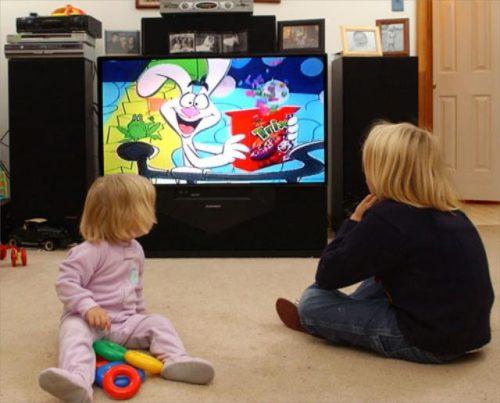 дети смотрят мультики по телевизору2