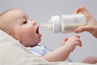 малыш ест из бутылочки