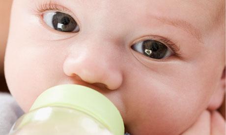 малыш ест из бутылочки2