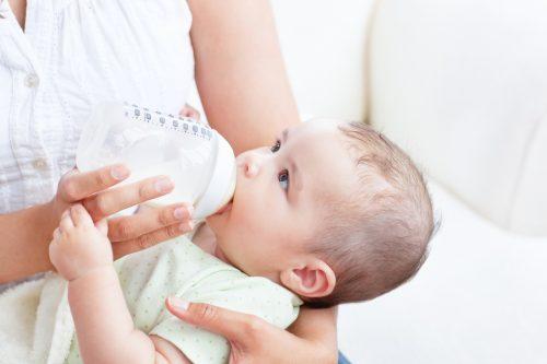 малыш ест из бутылочки3