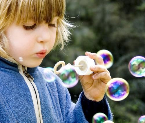девочка пускает пузыри