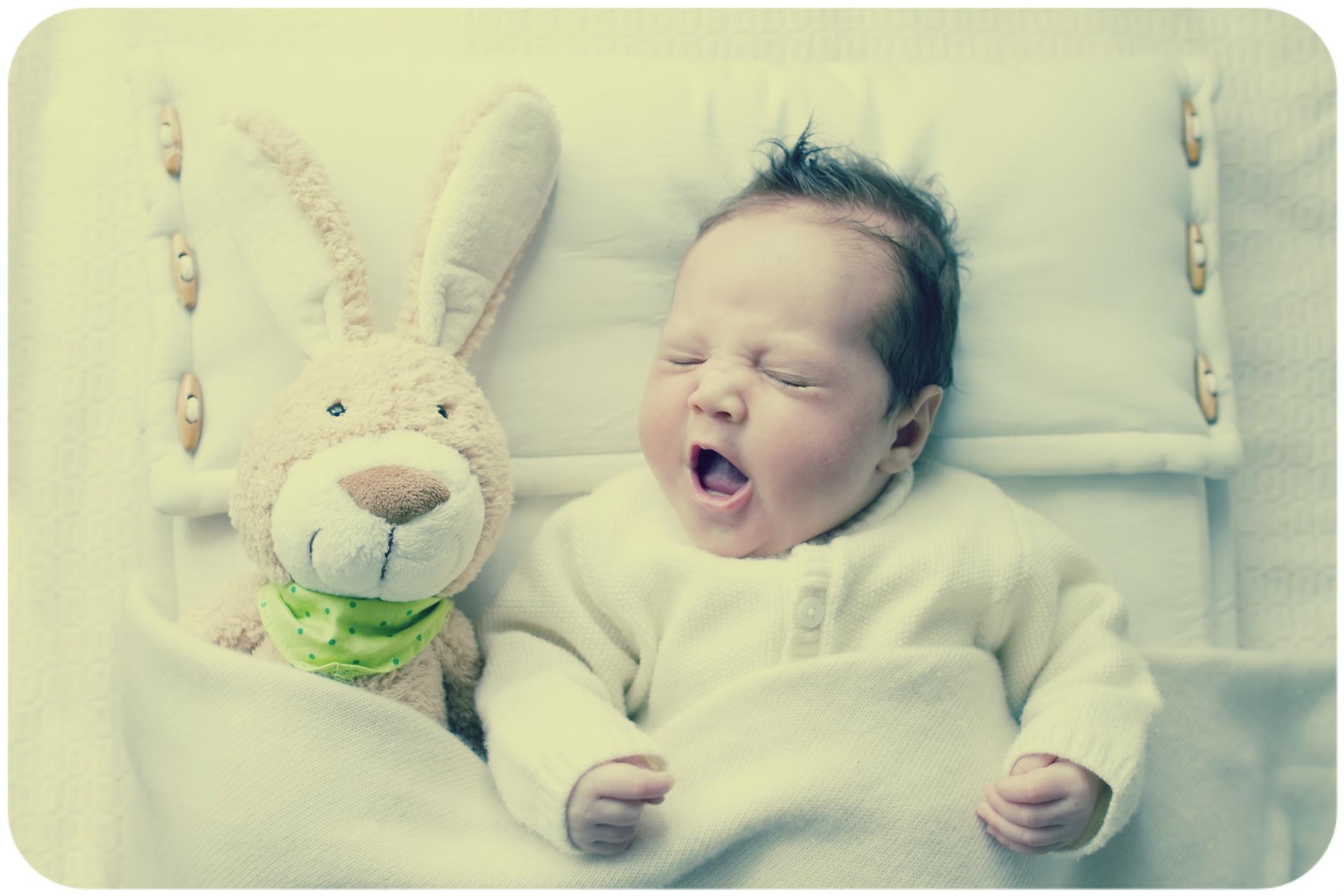 двухмесячный малыш зеает
