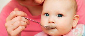 малыш ест мясное пюре