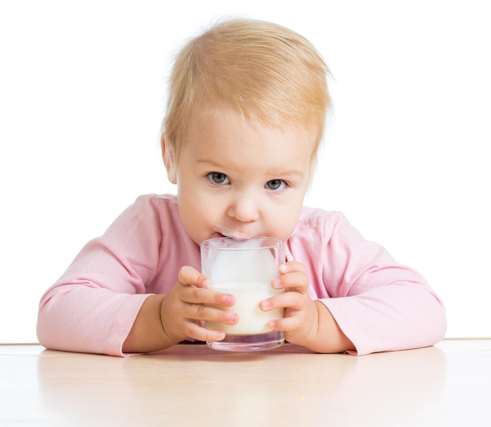 малыш пьет молочный котель
