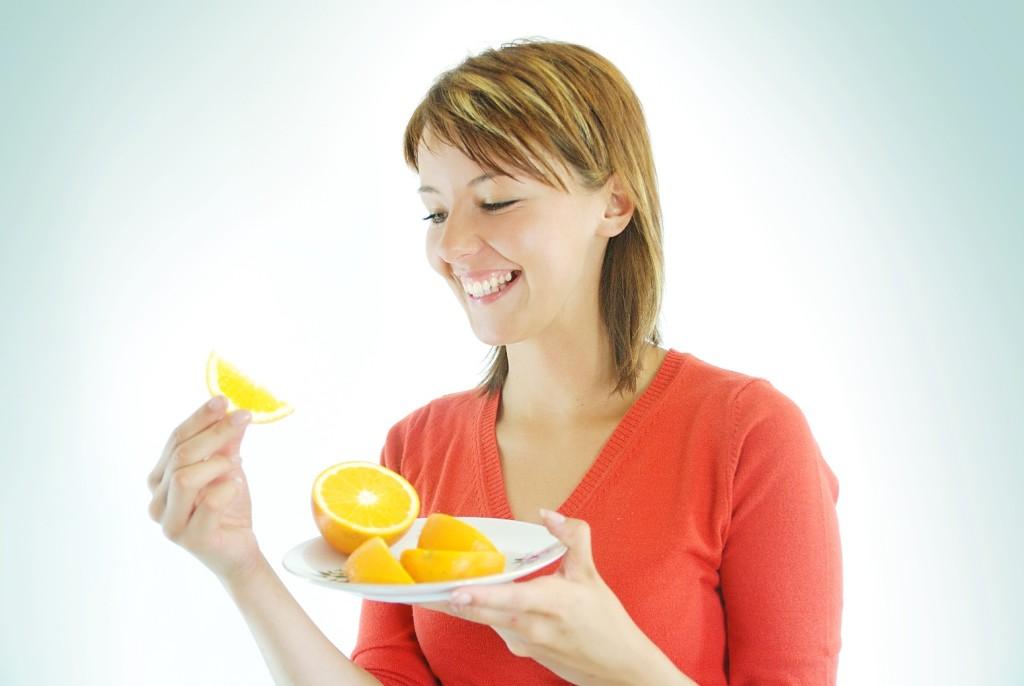 кормящая мама ест апельсины