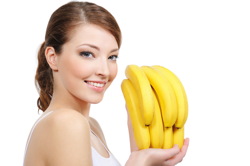 кормящая мама ест бананы.