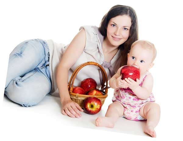 мама с малышом едят фрукты