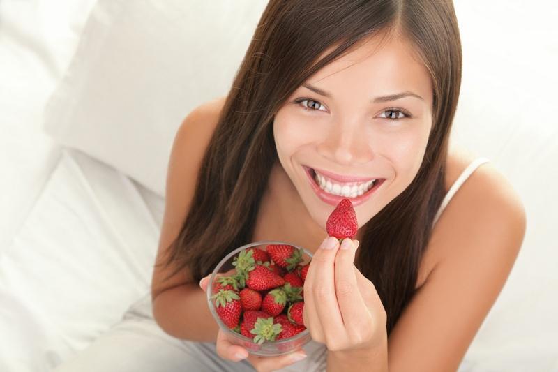 кормящая мама ест ягоды клубники
