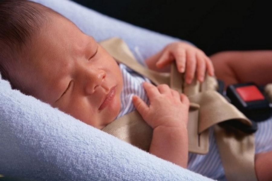 новорожденный спит в автокресле