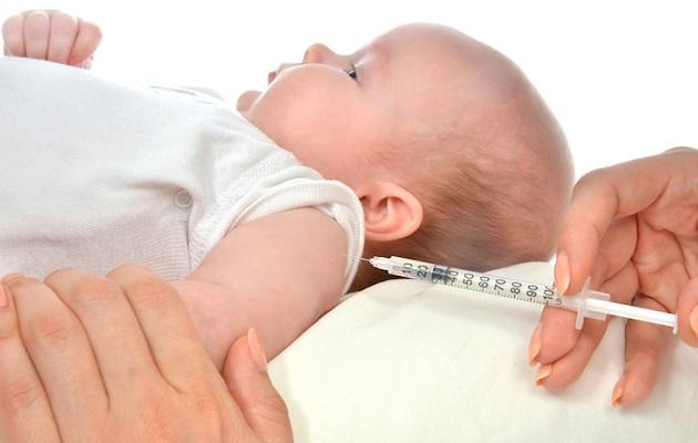 врач делает привику ребенку