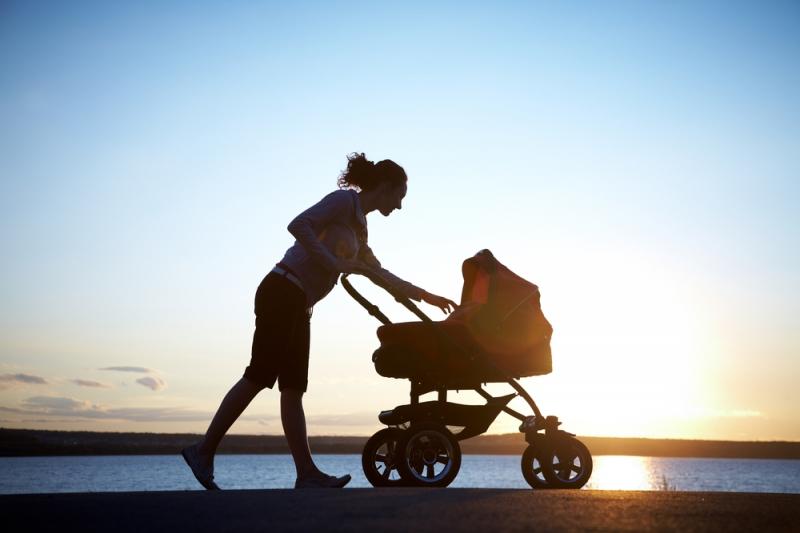 мама с ребенком гуляют