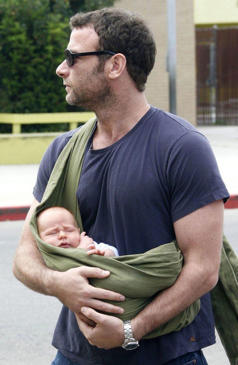 лив шоайбер держите своего малыша в слинге