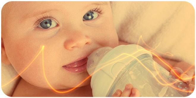ребенок пьет смесь из бутылочки