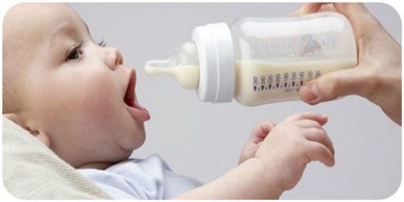 ребенок пьет смесь