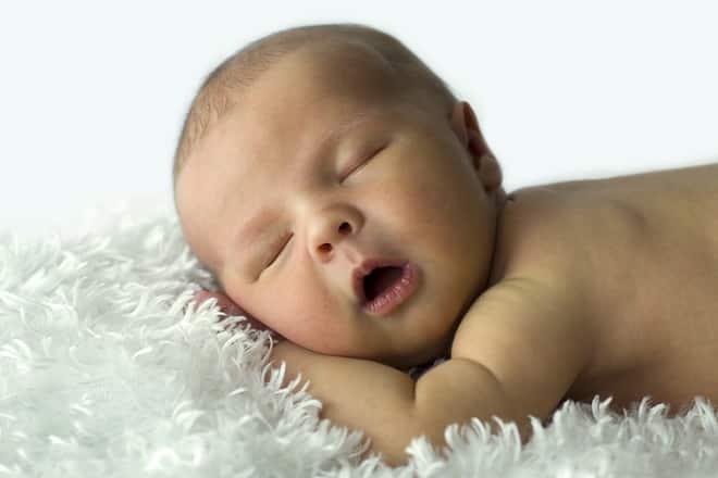 грудничок спит с открытым ртом