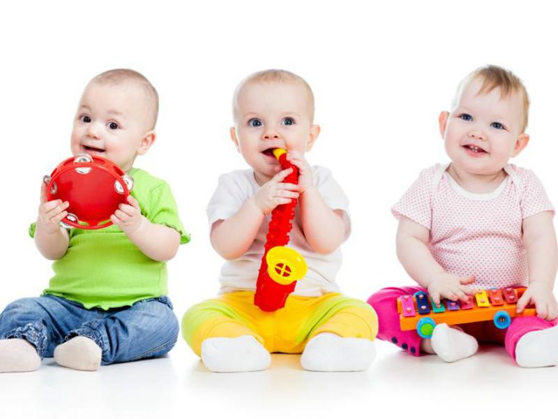 дети играют на музыкальных игрушках