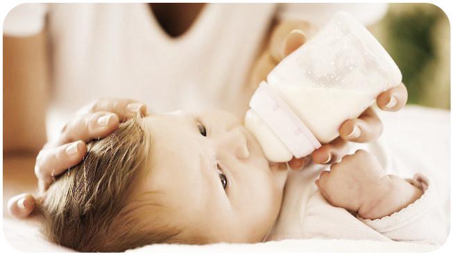 малыш пьет кисломолочную смесь