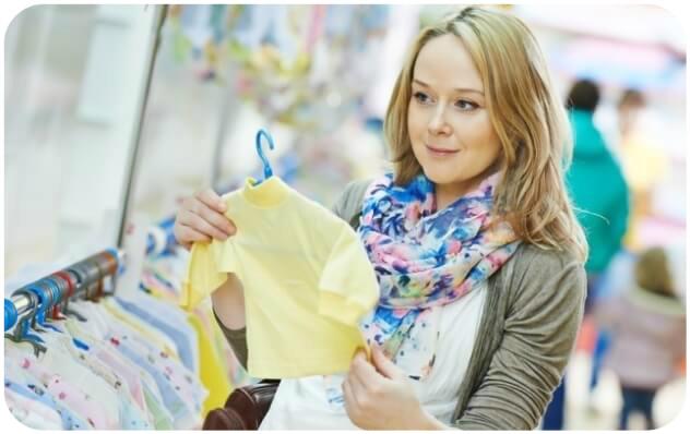 мама выбирает одежду для малыша