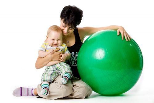 мама с малышом на фитболе