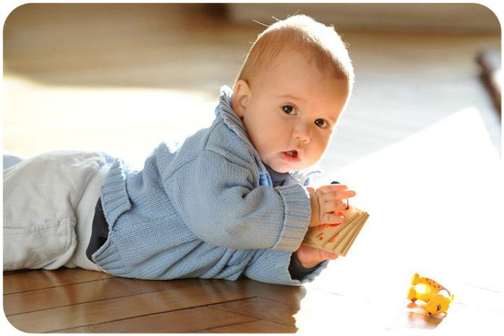ребенок активно ползает и играет