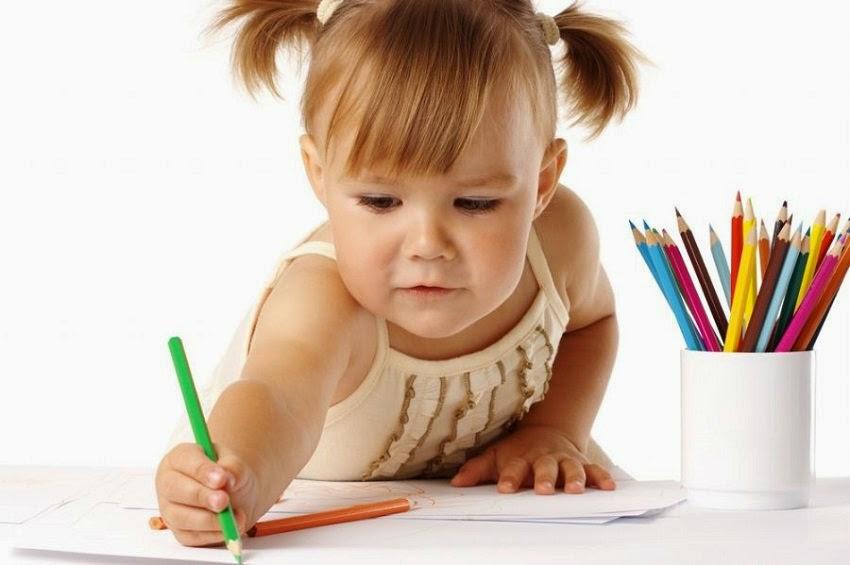 девочка ребенок рисует