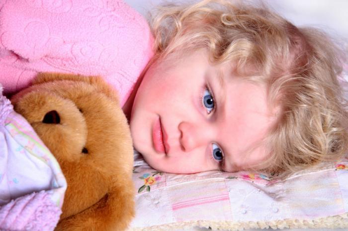 ребенок спит с открытыми глазами