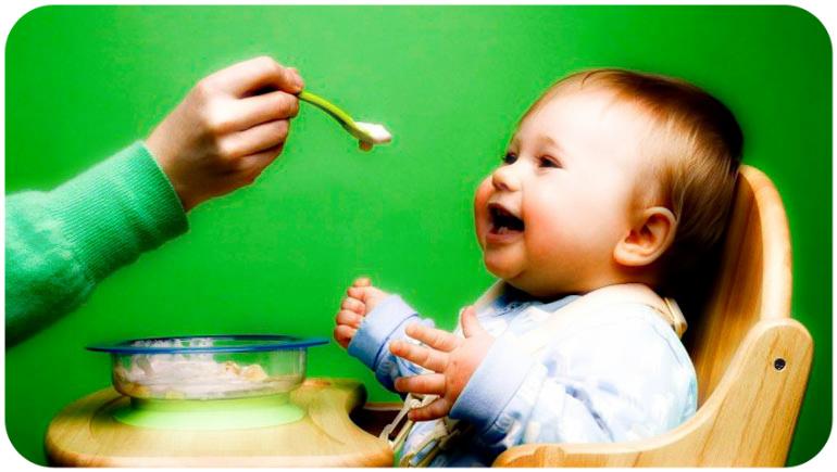 четырехмесячный малыш ест прикорм