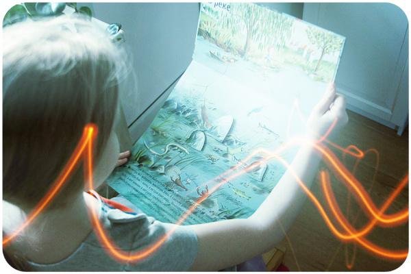 ребенок листает книгу природа над землей и под землей