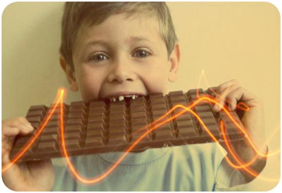 мальчик жрет шоколад